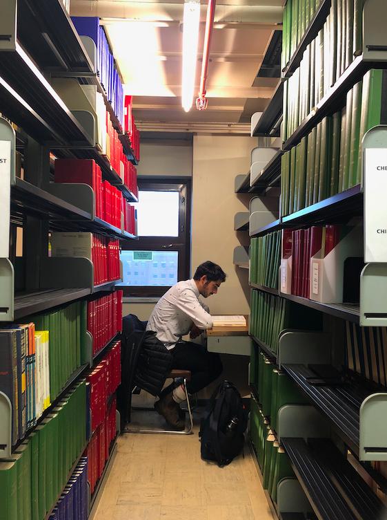 Un étudiant étudie dans une bibliothèque